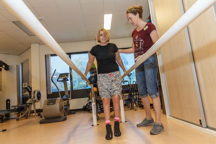 Sabina werkt bij revalidatiecentrum De Vogellanden aan haar herstel. Therapeut Marian Brekkedalen helpt haar stapje voor stapje op de weg terug.