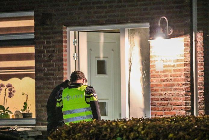 Agenten bij de woning aan De Weide in Achterberg waar een vuurwerkbom ontplofte. Een paar dagen geleden gebeurde hetzelfde bij de buren.