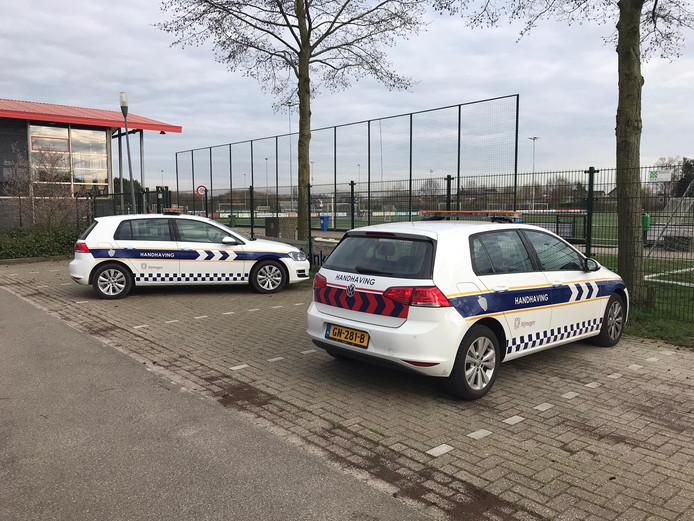 De auto's van de handhavers bij voetbalclub DVOL in Lent.