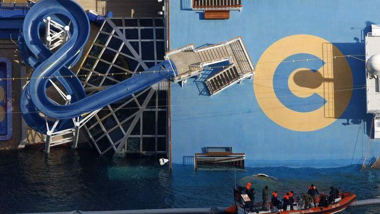Reddingswerkers varen rond het wrak van de Concordia. Beeld reuters