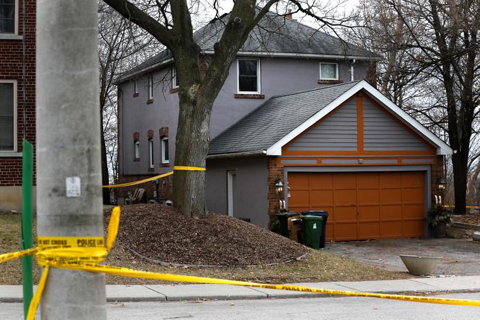 Een van de woningen in Toronto waar de politie nader onderzoek deed in de tuin.