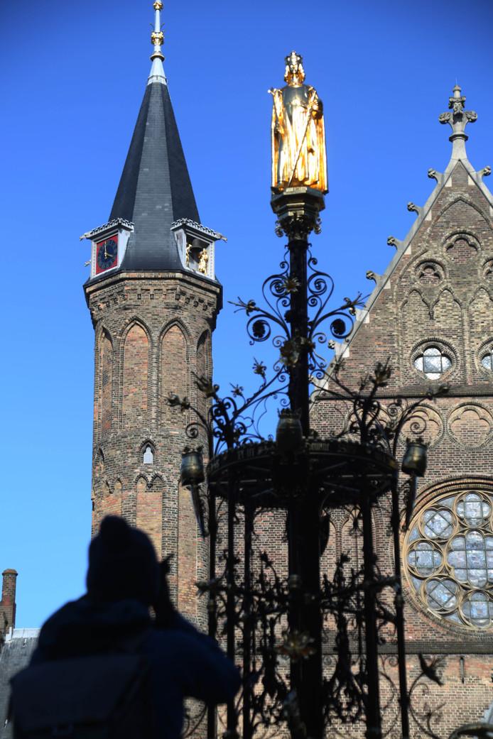 Op de top van de fontein raakte graaf Willem II zijn zwaard kwijt.
