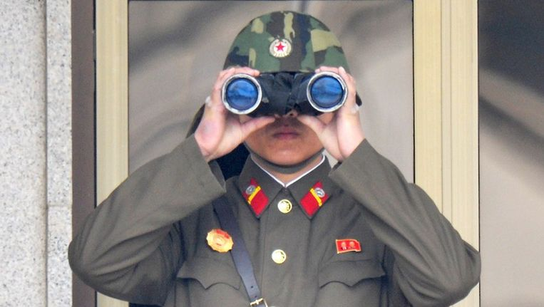 Een Noord-Koreaanse soldaat houdt de grens met Zuid-Korea in de gaten. Beeld afp