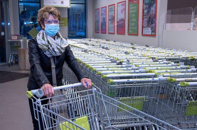 Een mondkapje in de supermarkt. Nu nog geen verplichting, vanaf dinsdag wel.