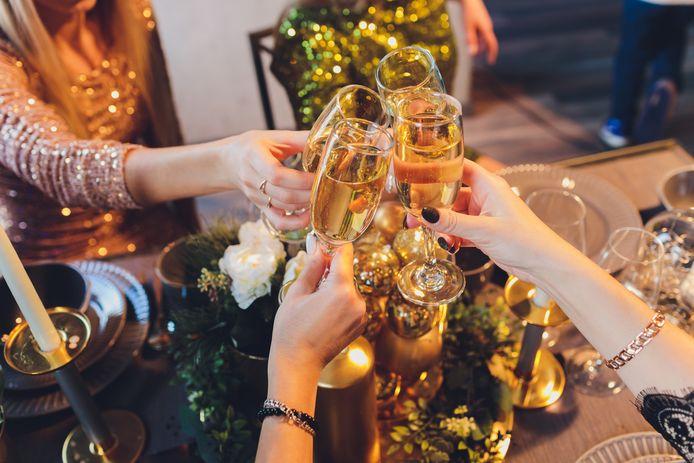 Borrelen met vrienden kan alleen nog virtueel. Thuis trekken mensen nu vaak maar zelf een fles open.