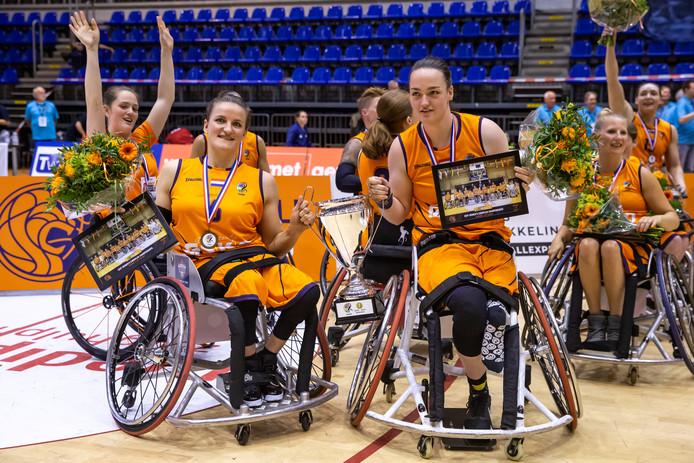 Jitske Visser en Xena Wimmenhoeve zijn Europees kampioen rolstoelbasketbal met Oranje.