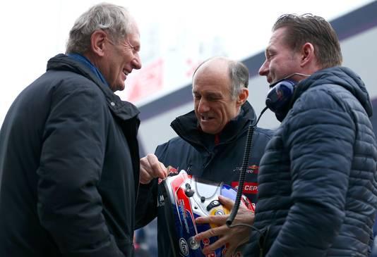Jos Verstappen (R) in gesprek met Franz Tost van Toro Rosso en Helmut Marko van Red Bull.