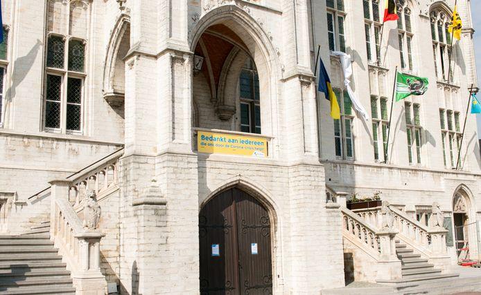 Het stadhuis van Sint-Niklaas, waar het voortaan verboden is om nog op de trappen te zitten, te eten of te drinken.