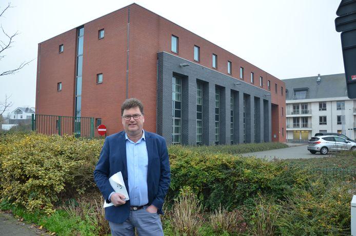 Burgemeester Filip Anthuenis aan het voormalig belastingkantoor aan de Grote Kaai dat sinds een jaar leegstaat.