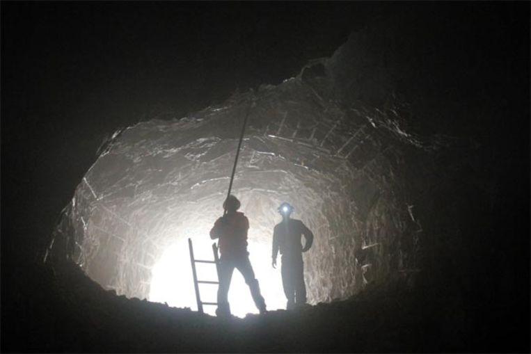 Arbeiders hollen de binnenkant van de berg uit.
