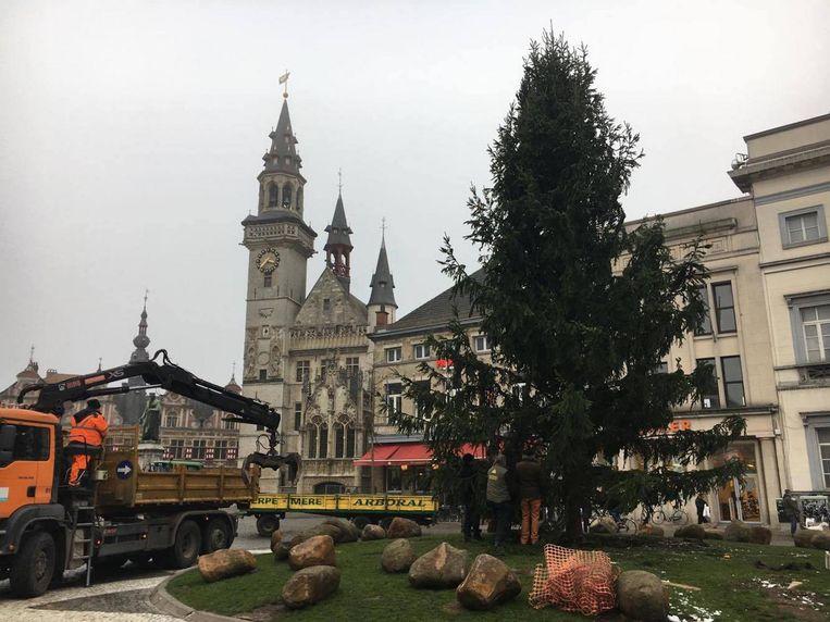 De kerstboom wordt geplaatst op de Grote Markt.