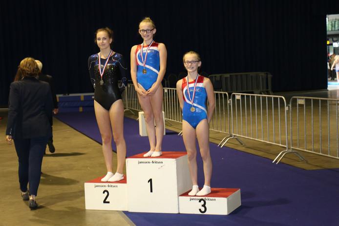 De winnaars bij het onderdeel trampoline: Dani Mooibroek staat links, Tessa Boeve midden, Anke Boeve rechts. Foto: Sparta Ermelo