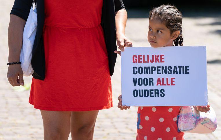 Gedupeerde ouders van de toeslagenaffaire voeren actie op het Plein tijdens het Tweede Kamerdebat over het stopzetten van de kinderopvangtoeslag. Beeld ANP