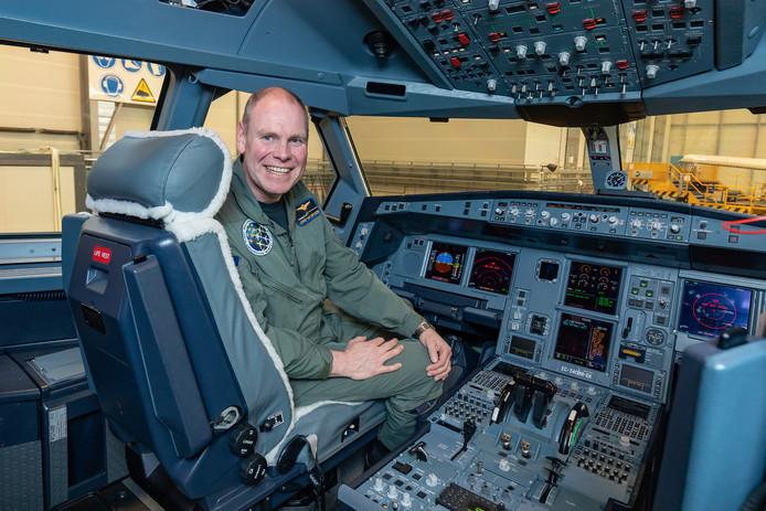 Kolonel-vlieger Jurgen van der Biezen in de cockpit van een Airbus A330 MRTT.
