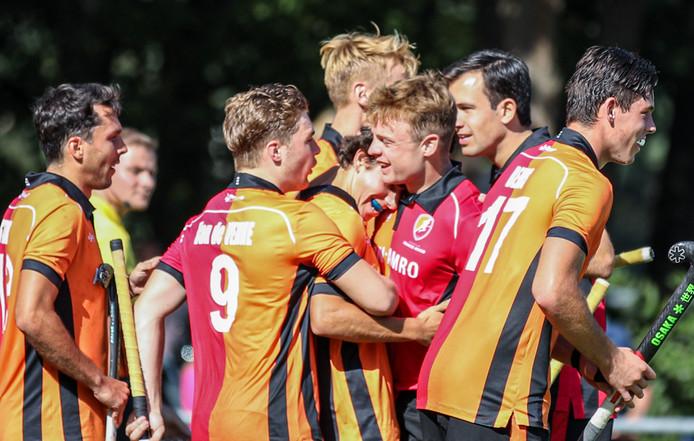 Blijdschap bij Oranje-Rood na de winst in Tilburg.
