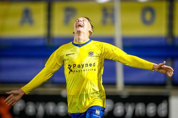Een euforische Mike Reuvers, dinsdagavond vier keer scorend voor Staphorst.
