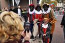 Zwarte Pieten in een meer stereotyperende vorm.
