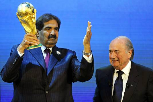 Voormalig FIFA-president Joseph Blatter en sjeik Hamad bin Khalifa Al-Thani na de bekendmaking van Qatar als gastland voor het WK 2022.