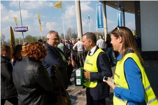 Collectanten voor de Stichting Gaandeweg bij de hoofdingang van GelreDome, voorafgaand aan de wedstrijd Vitesse-PSV.
