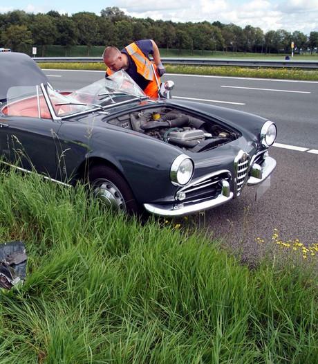 Oldtimer verliest motorkap op A28