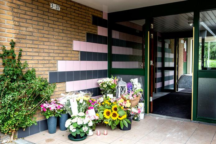 Bloemen voor ingang van wooncomplex Van der Waalsstraat waar twee bewoners om het leven zijn gekomen