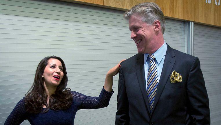 Acteurs Karl Kenzler, die Bill Clinton speelt, en tegenspeelster Natalie Gallo als Monica Lewinsky vlak voor een optreden. Beeld REUTERS