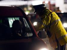 Politie wekt bestuurder op vluchtstrook A15