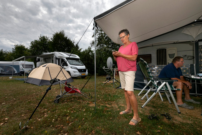 Nederland is weer gewoon Nederland! Nelleke van Hal houdt Buienradar goed in de gaten op camping 't Skônste Plekske in Schijndel