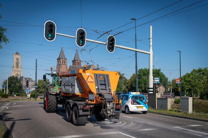 Onder meer op het drukke Airborneplein in Arnhem wordt gestrooid om te voorkomen dat het asfalt smelt door de hitte en wordt beschadigd door het vele verkeer.