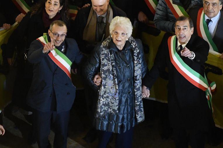 Liliana Segre te midden van honderden Italiaanse burgemeesters, die hun solidariteit betuigen tijdens een demonstratie in Milaan.  Beeld EPA