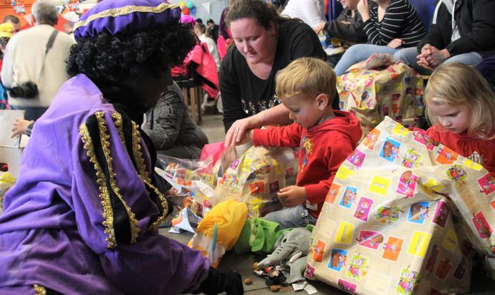De kinderen kregen cadeautjes.