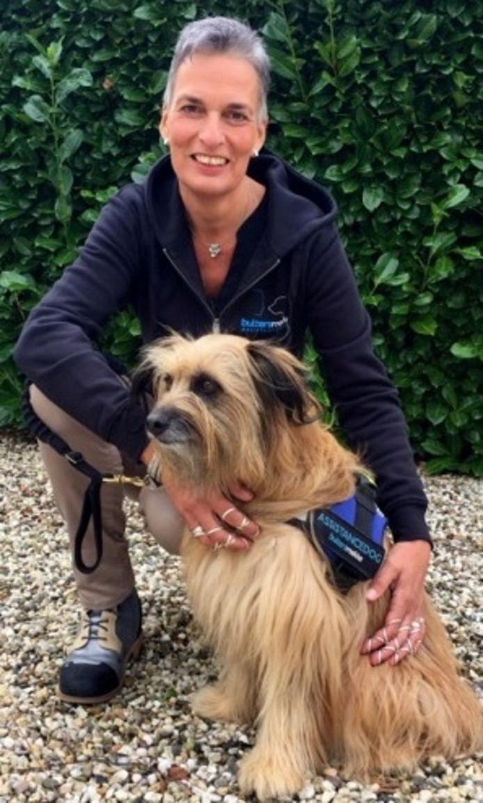 Helma Verhoeven-Jacobs met assistentiehond Banios.
