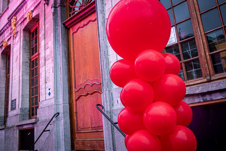 De rode ballonnenpaal aan het stadhuis op de Grote Markt.
