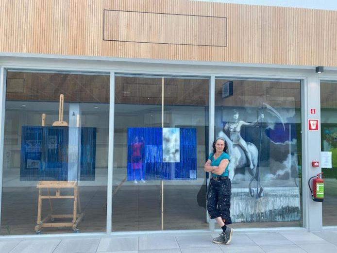 Arma van Rijsbergen is de vijfde kunstenaar die een etalage heeft gevuld in winkelcentrum De Els in Waalwijk.