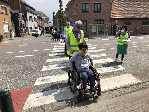 Tijdens de knelpuntwandeling werd op zoek gegaan naar obstakels op de openbare weg.