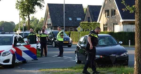 Hij bleef wachten, zij stak wél over: fietsster aangereden door auto in Lunteren.