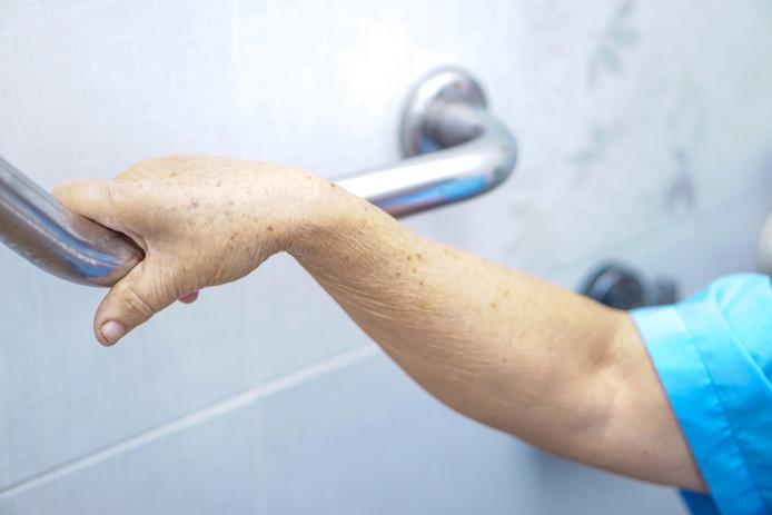 Senioren hebben soms een greep nodig om zich op te trekken van de wc of als veiligheid in de douche voor het moment dat ze evenwicht verliezen.