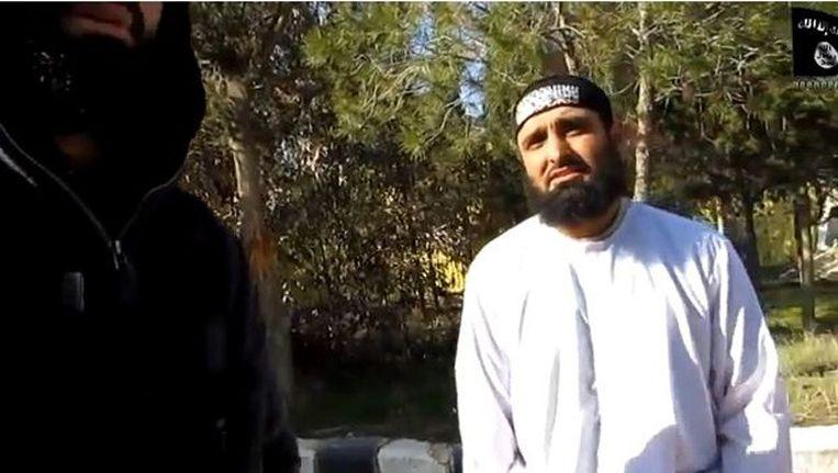 'Sheikh, ik kan niet praten', zegt de man in de video in het Engels. 'Het lijkt wel of er een knoop in mijn tong zit.' Beeld screenshot