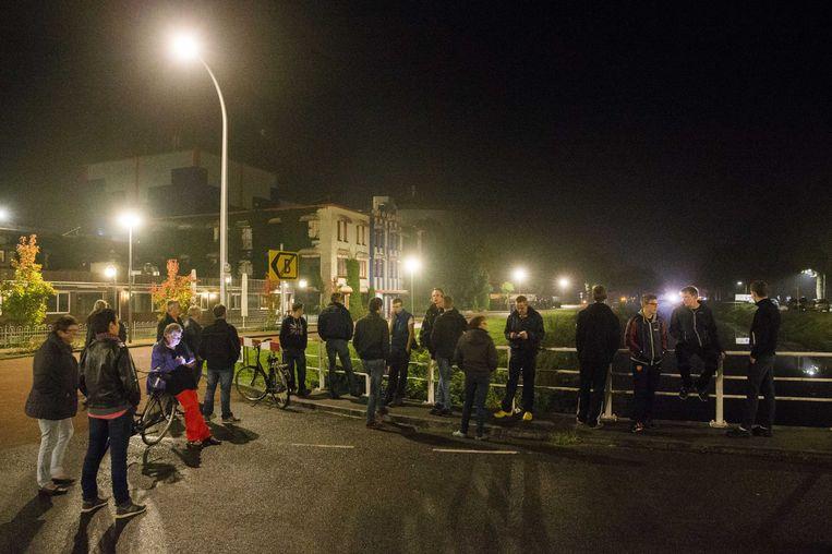 Bewoners stonden gisteravond bij de toegang naar het vakantiepark in Oranje waar asielzoekers worden opgevangen. Beeld ANP