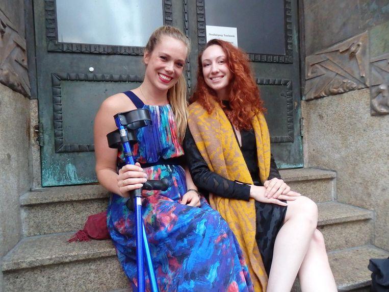 De paaldansvriendinnen van Barnhoorn: Marlies van de Woestijne (l) en Polina Gladkova. 'Ik had maar één jurk die bij de krukken paste.' Beeld Schuim