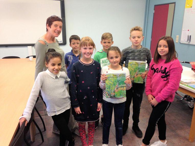 De kinderen kregen het verhalenboek overhandigd.