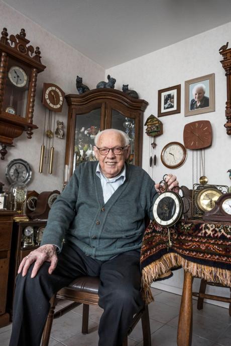 Harrie uit Deurne (94) is bij de tijd: hij heeft 203 klokken in zijn huis