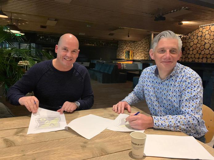 Peter Gerritsen (l) en Coen Zwiers (voorzitter VVO) zetten handtekeningen onder het contract.