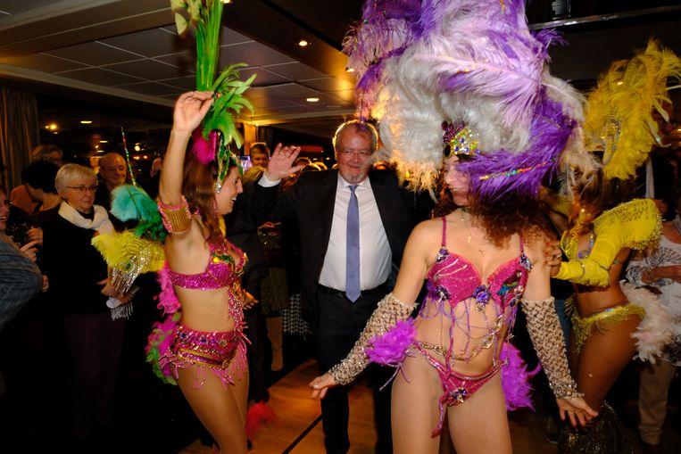 Afscheid van de politiek: dan mag het er al eens luchtig aan toe gaan. Er was gezorgd voor Braziliaanse danseressen.