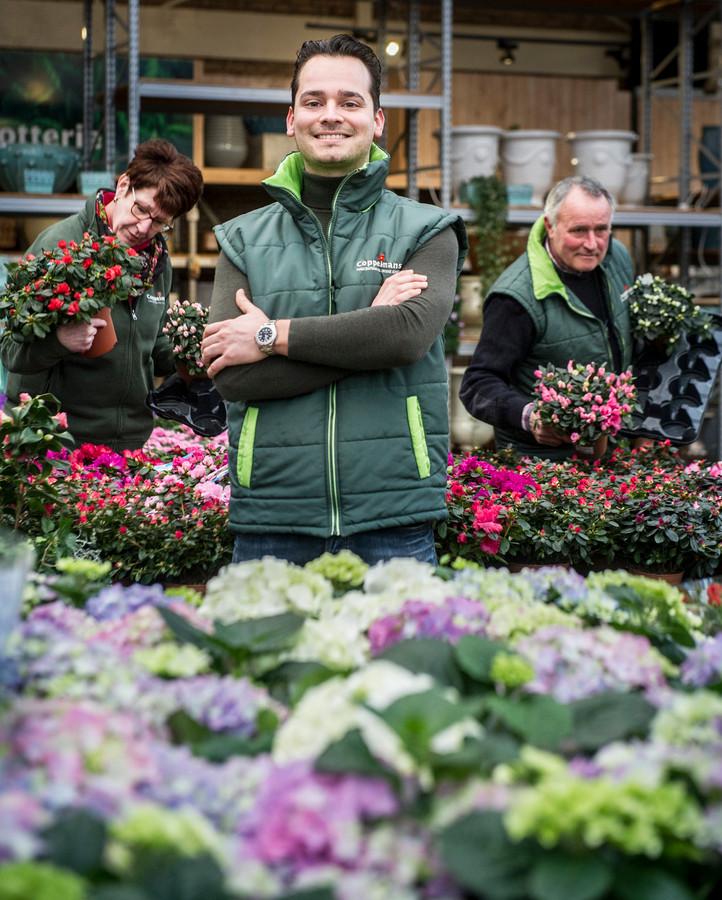Bas Coppelmans, directeur van Tuincentrum Coppelmans. Op de achtergrond staat zijn vader. Foto Koen Verheijden