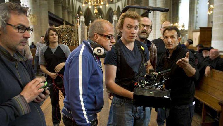- Regisseur Ben Sombogaart (2e van L) op de set van de film Koning van Katoren. Beeld anp