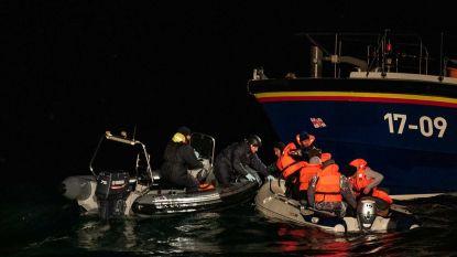 Acht onderkoelde migranten van opblaasbootje gered op ijskoude zee tussen Frankrijk en Groot-Brittannië