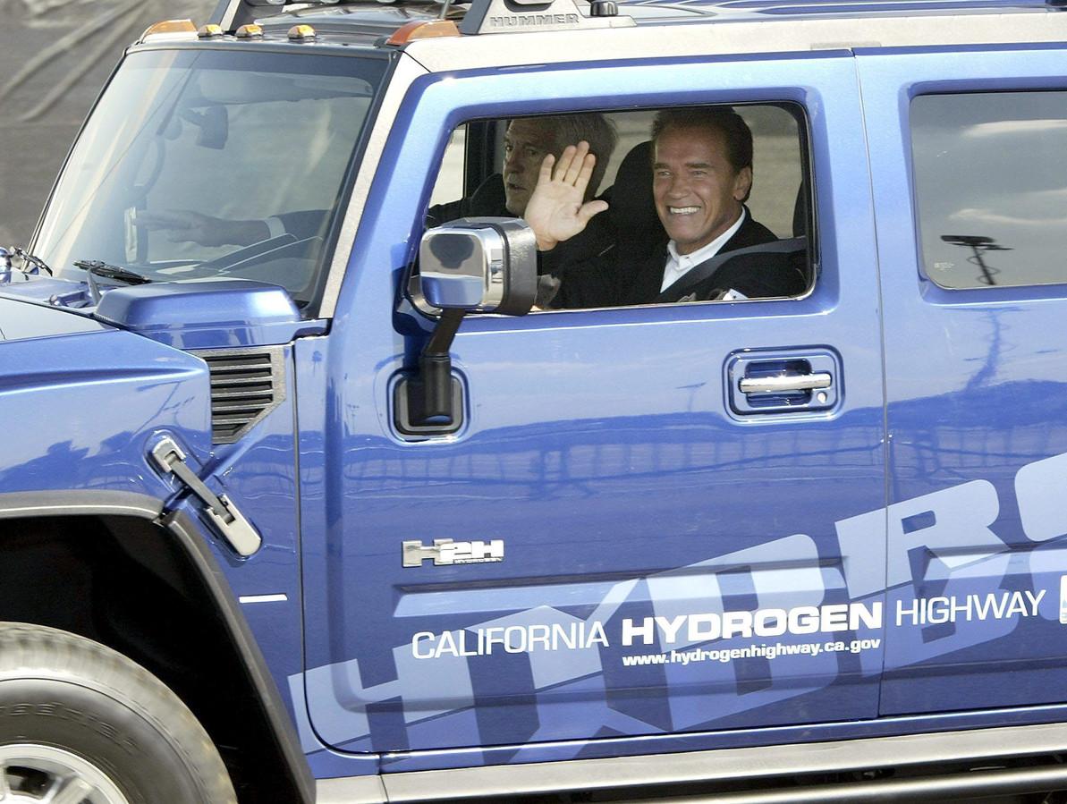 Arnold Schwarzenegger had op een gegeven moment acht Hummers. Twee ervan liet hij destijds al ombouwen tot milieuvriendelijke modellen. Hier rijdt hij in een exemplaar op waterstof.