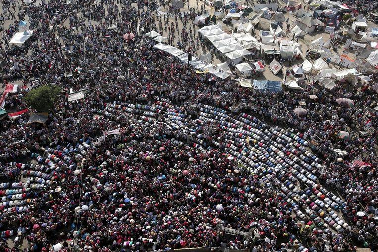 Demonstranten op het Tahrirplein bidden. Beeld null