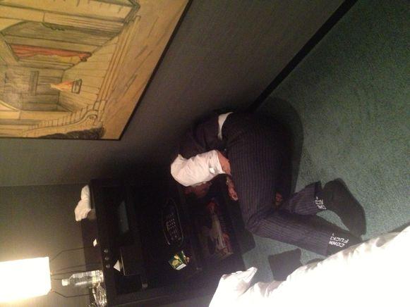 Depp ligt (uitgeteld door de drank?) op de grond.